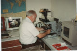 Photo of Willy Burgdorfer in the lab 004